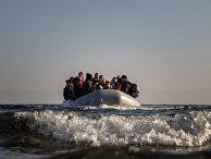 Беженцы плывут из Турции на греческий остров Лесбос