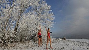 Настя Усачева с мамой, члены клуба закаливания и зимнего плавания «Криофил»