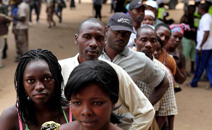 Жители Луанды во время голосования на президентских выборах в 2012 году