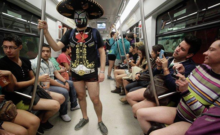 Участники акции «В метро без штанов - 2013» в Мехико