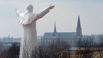Памятник папе Иоанну Павлу II в Ченстохове на юге Польши
