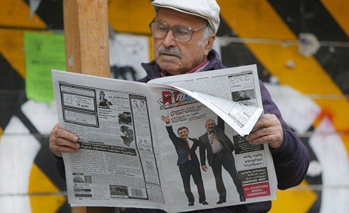 Житель Тбилиси читает газету