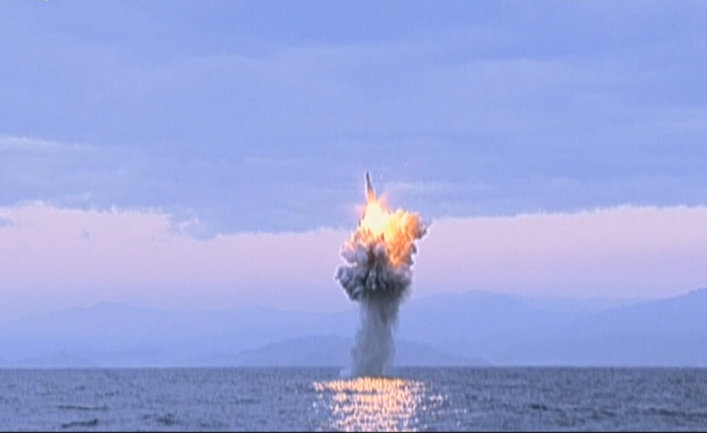 Запуск баллистической ракеты с подводной лодки у побережья Северной Кореи