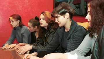 Задержанные в Боснии девушки из Украины, Румынии и Молдавии отвечают на вопросы сотрудников специального отдела ООН по борьбе с торговлей людьми
