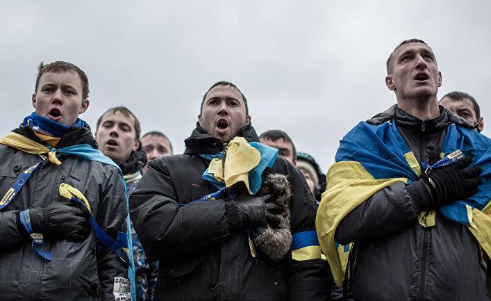 Участники акции протеста поют гимн Украины