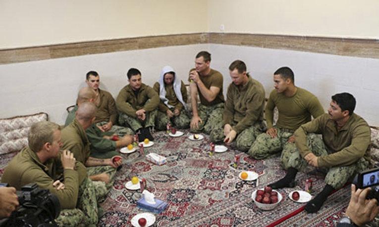 Американские пехотинцы, незаконно вторгнувшиеся в территориальные воды Исламской Республики Иран и затем арестованные военно-морскими силами Корпуса стражей Исламской Революции