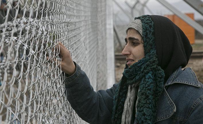 Мигранты переходят границу Македонии и Греции рядом с городом Гевгелия