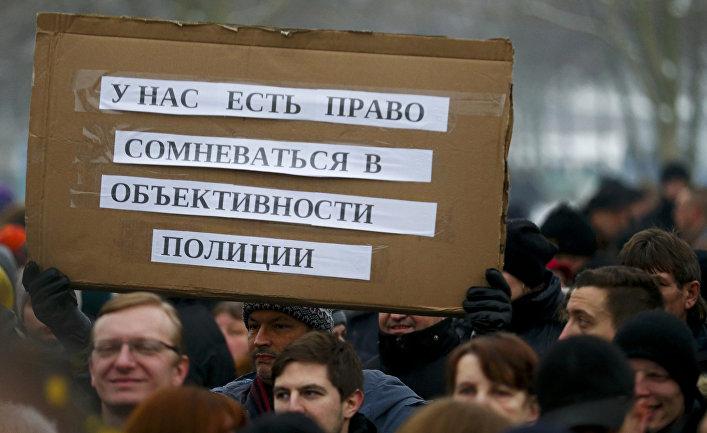 Активисты и сторонники «Международного конвента русских немцев» на демонстрации перед зданием ведомства федерального канцлера ФРГ