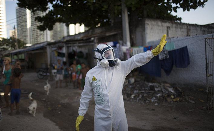 Сотрудник муниципальной службы во время операции по уничтожению комаров Aedes aegypti, переносящих вирус Зика, в Ресифи, Бразилия