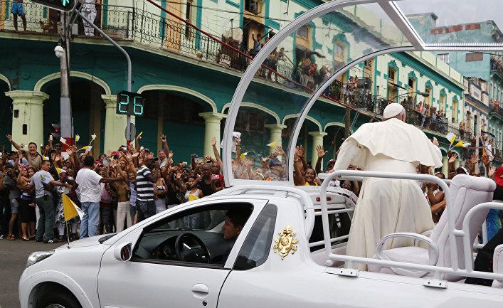 Кубинцы приветствуют папу Франциска на пути в собор Сан-Кристобаль