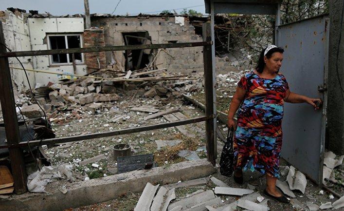 Местная жительница у жилого дома в Донецке
