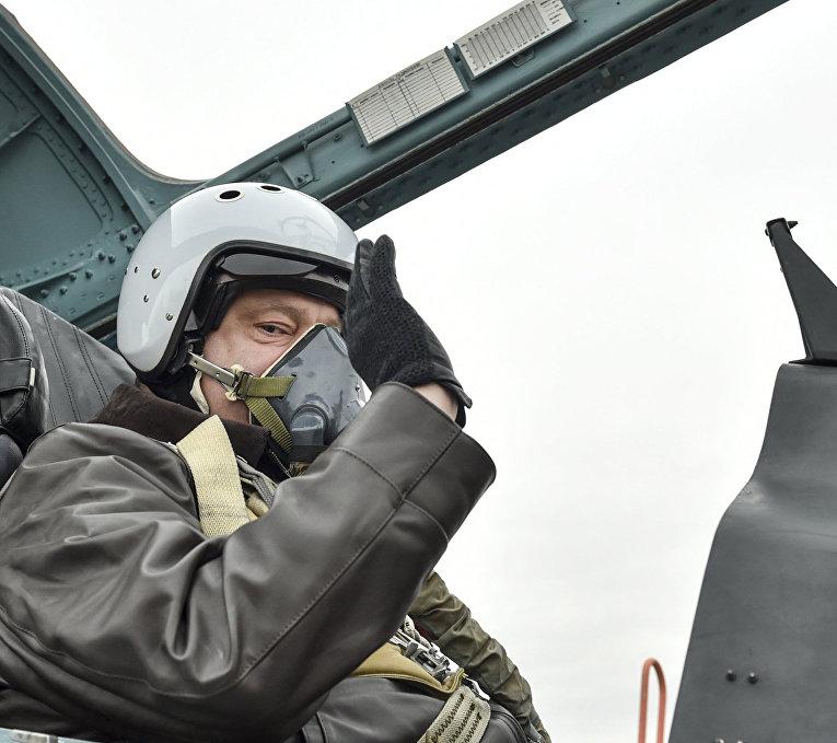 Президент Украины Петр Порошенко в кабине самолета Су-27