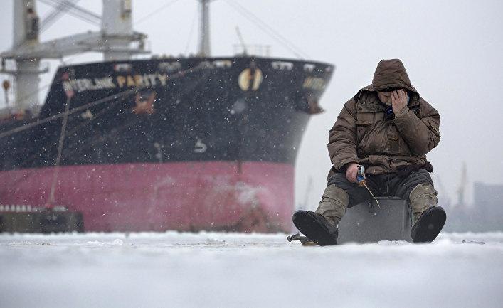 Рыбак на фоне корабля в Санкт-Петербурге