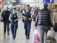 Полицейские патрулируют один из терминалов аэропорта Франкфурта
