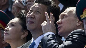 Владимир Путин и Си Цзиньпин смотрят парад Победы на Красной площади