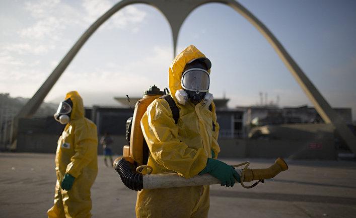 Сотрудники муниципальной службы во время операции по уничтожению комаров Aedes aegypti, переносящих вирус Зика в Рио-де-Жанейро
