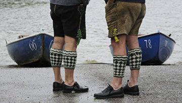 Мужчины в национальных Баварских одеждах