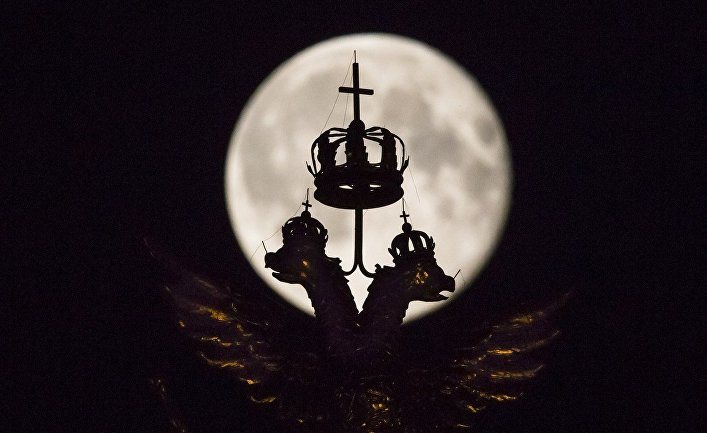 Двуглавый орел на фоне полной луны во время суперлуния