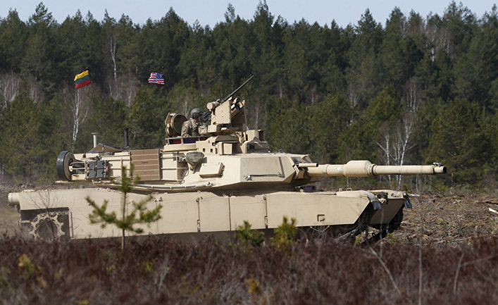 Американские военные на танке M1A2 Abrams во время учений в Пабраде, Литва