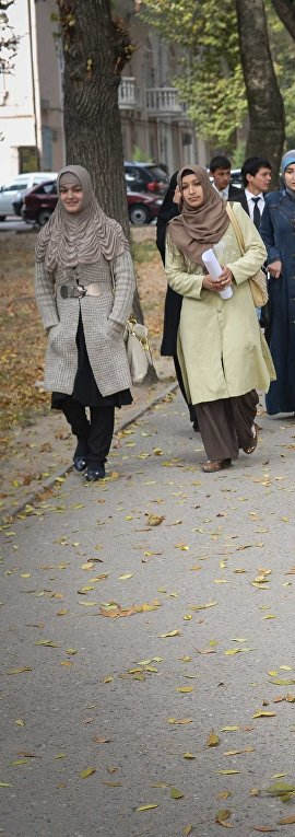 Студентки университета идут с занятий в городе Душанбе в Таджикистане