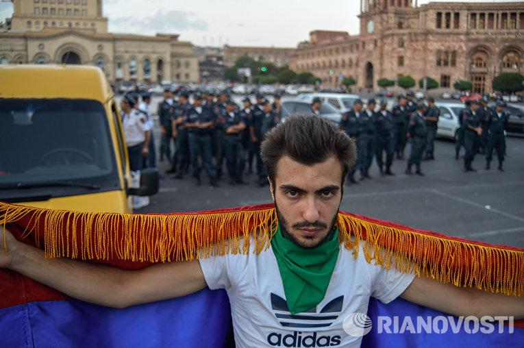 """Ереванская полиция не пустила активистов движения """"Вставай, Армения!"""" на площадь Республики"""