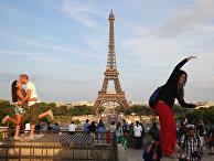Вид на Эйфелеву башню в Париже