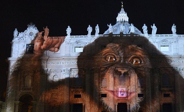"""Фотопроекция на фасад и купол Базилики Святого Петра в Ватикане во время светового шоу """"Fiat Lux, осветим наш общий дом"""""""