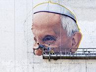 Художник рисует граффити с портретом Папы Римского Франциска в Нью-Йорке
