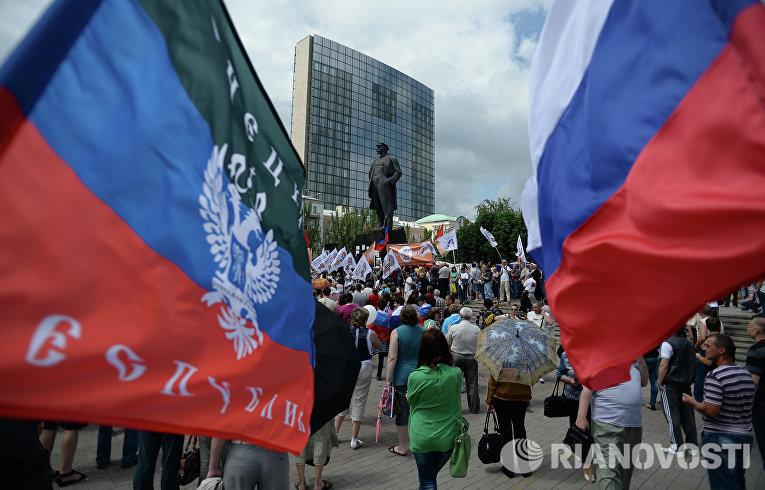 Участники митинга в поддержку Донецкой Народной Республики