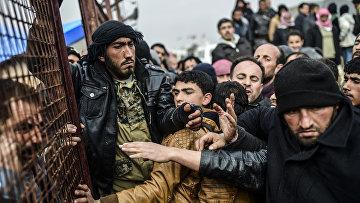 Беженцы устроили давку на Сирийско-Турецкой границе