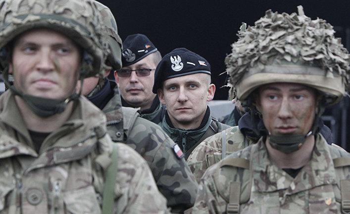 Совместные учения британских и польских (на заднем плане) военных в Свентошуве