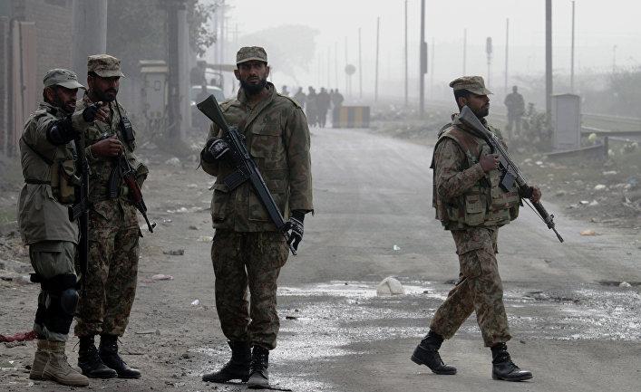 Солдаты у дороги, ведущей к тюрьме в Пакистане, 20 декабря 2014. Власти страны ужесточили меры безопасности перед проведением смертных казней