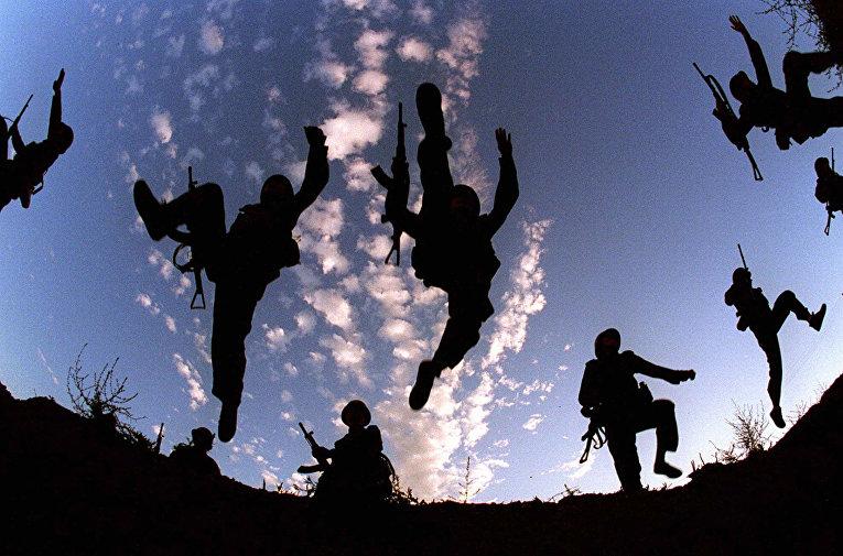 Солдаты народно-освободительной армии Китая во время тренировок