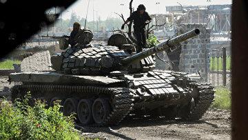 Ополченцы у разрушенного здания аэропорта Донецка