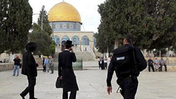 Ортодоксальные евреи рядом с мечетью Купол скалы