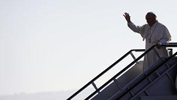 Папа римский Франциск на трапе самолета в Тустла-Гутьеррес