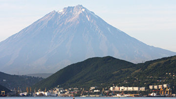 Вид на Петропавловск-Камчатский. На дальнем плане - вулкан Корякский