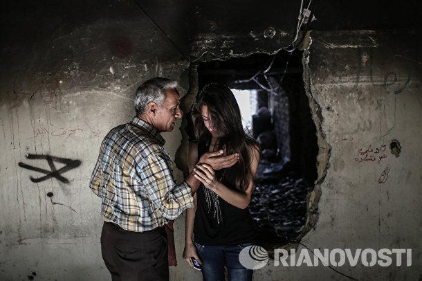 Сирийцы-христиане отец и дочь осматривают свой дом в центре Хомса