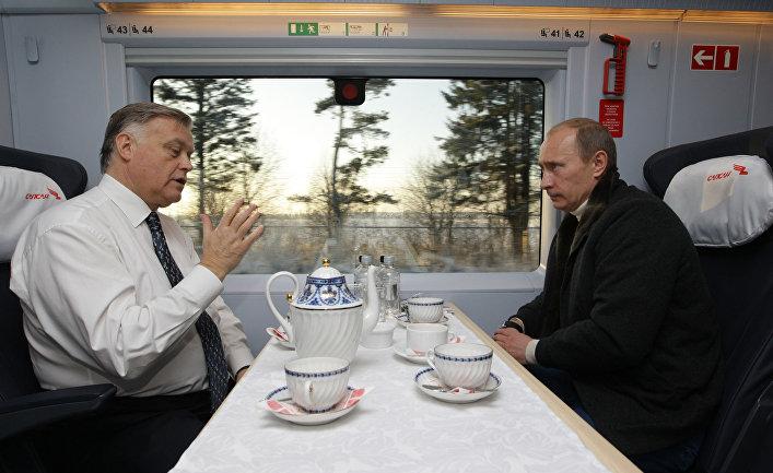Владимир Путин и руководитель ОАО «РЖД» Владимир Якунин в поезде «Сапсан»
