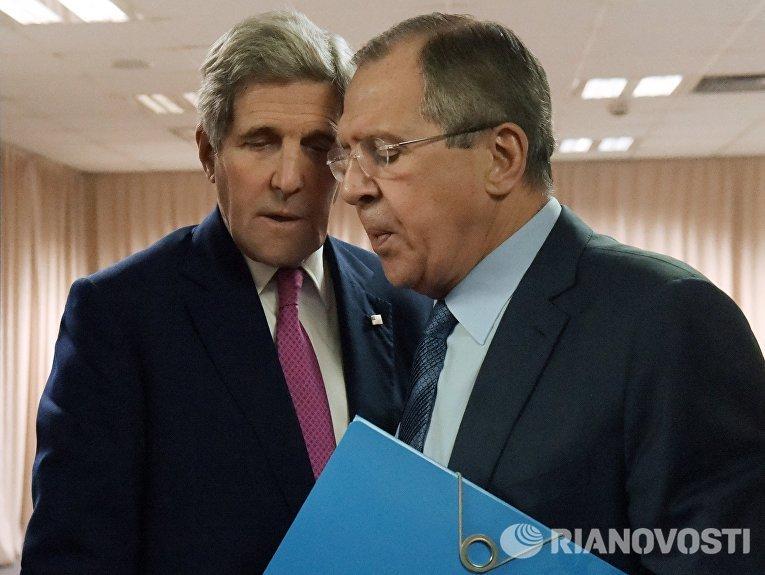 Министр иностранных дел РФ Сергей Лавров и государственный секретарь США Джон Керри во время встречи в рамках 22-й министерской конференции ОБСЕ
