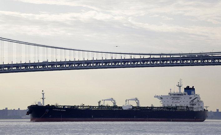 Американский нефтяной танкер проплывает под мостом Верразано в Нью-Йорке