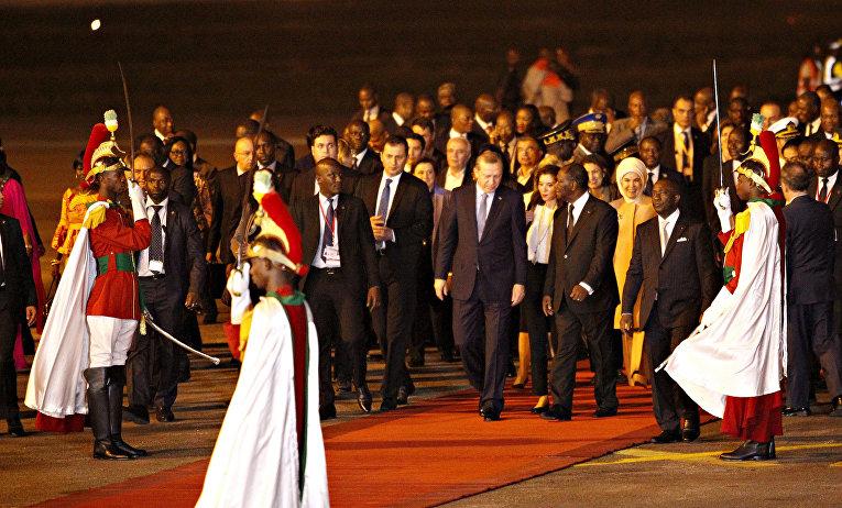 Президент Турции Реджеп Тайип Эрдоган и президент Кот-д'Ивуара Алассан Уаттара во время торжественной встречи в аэропорту Абиджана