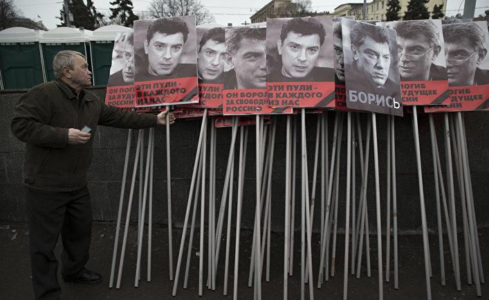 Плакаты накануне марша памяти Бориса Немцова в Москве