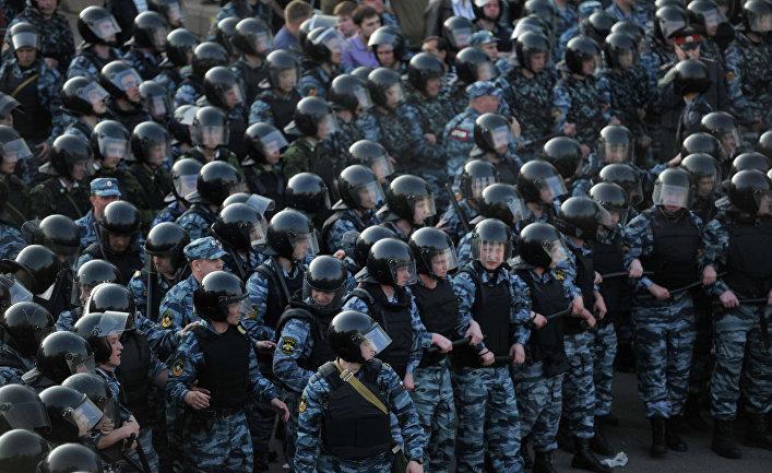 Сотрудники правоохранительных органов во время митинга «Марш миллионов» на Болотной площади