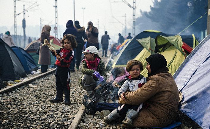 Стихийный лагерь мигрантов недалеко от границы Греции и Македонии