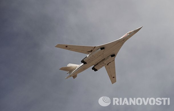 Стратегический бомбардировщик-ракетоносец Ту-160 во время военного парада в честь 70-летия Победы в Великой Отечественной войне