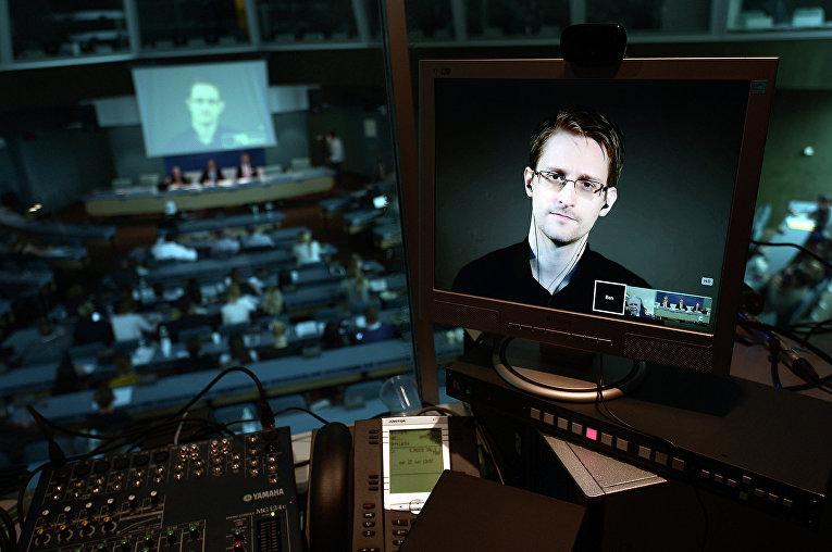Бывший сотрудник ЦРУ и Агентства национальной безопасности США Эдвард Сноуден на экране монитора во время видеосвязи из России