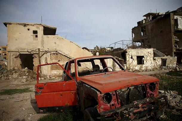 Брошенный автомобиль в разрушенном авиаударами пригороде Дамаска