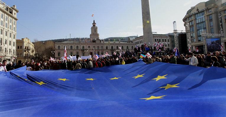 Флаг Евросоюза на митинге оппозиции в Тбилиси
