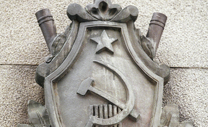 Эмблема на здании ФСБ
